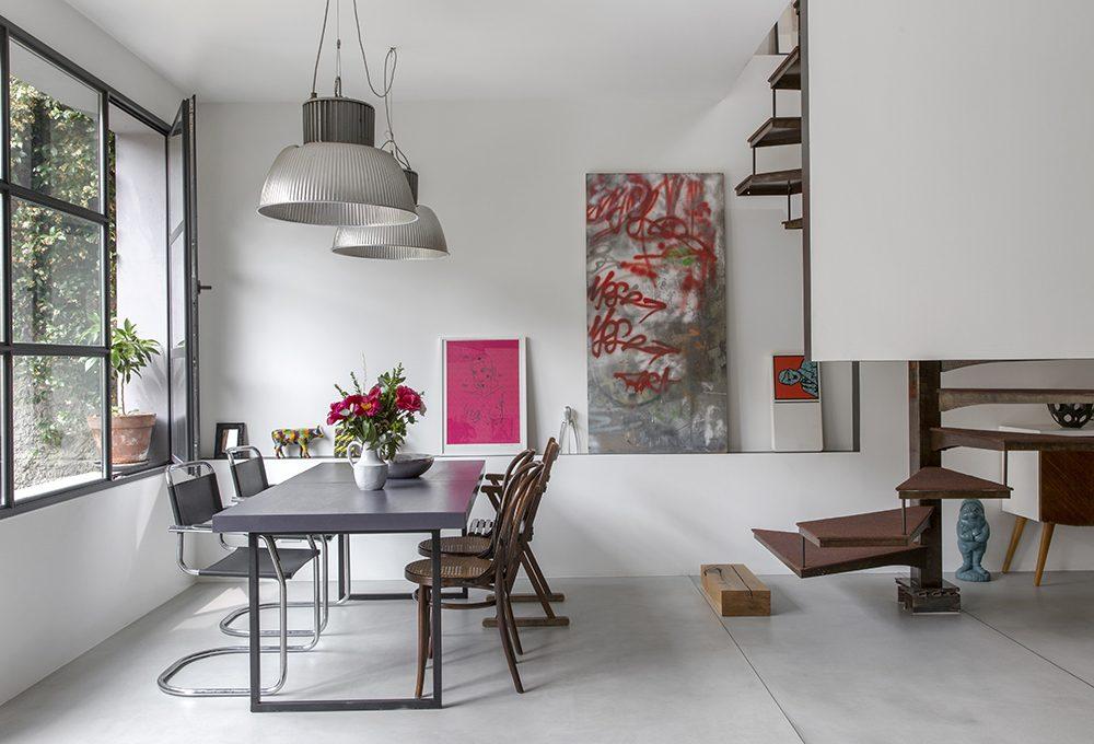 Una ex carrozzeria si trasforma in casa in stile industriale