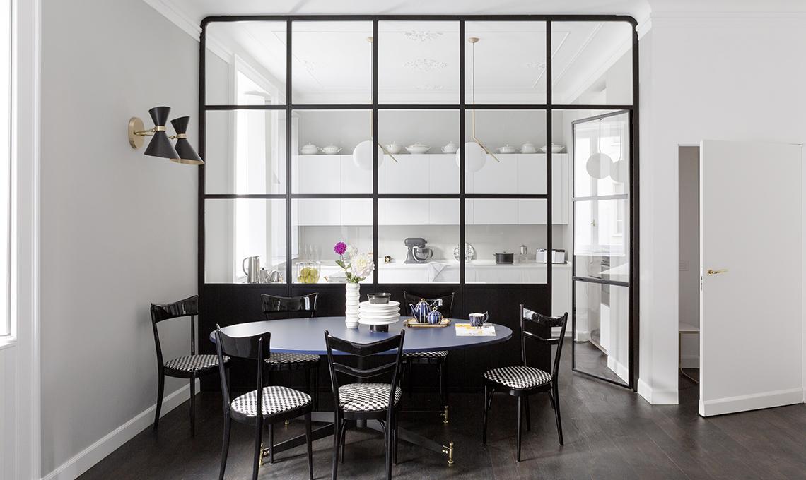 Un appartamento d\'epoca con parete vetrata che divide soggiorno e ...