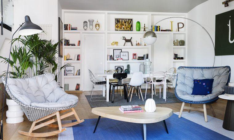 La libreria mimetizza le porte, la parete vetrata separa soggiorno e cucina