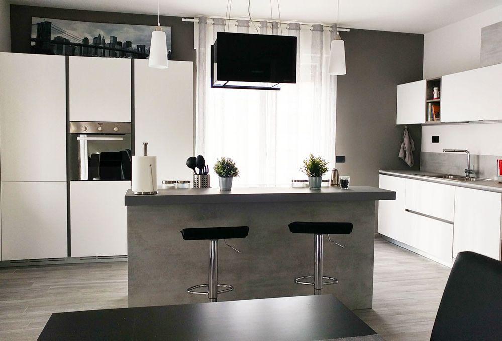 Ristrutturare: un grande soggiorno con cucina a vista in mansarda