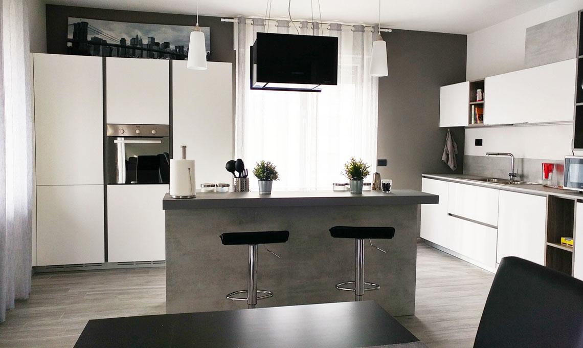Ristrutturare: un grande soggiorno con cucina a vista in ...