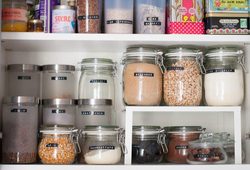 Ordine in cucina con etichette e barattoli