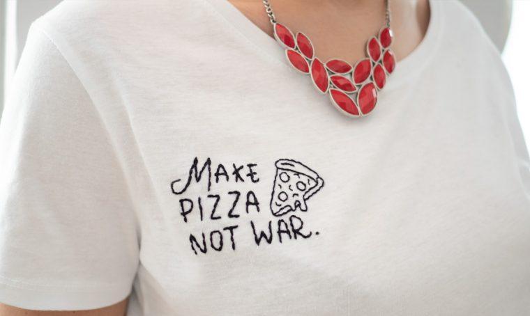 Come ricamare una t-shirt con una scritta simpatica