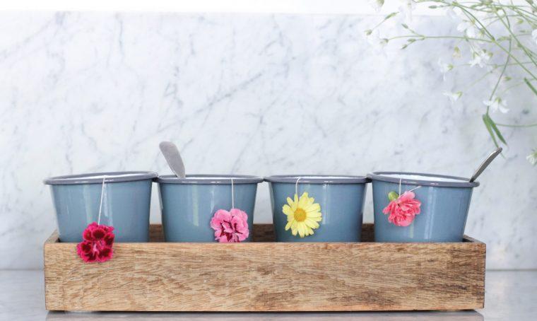Come incorporare i fiori nell'ora del tè