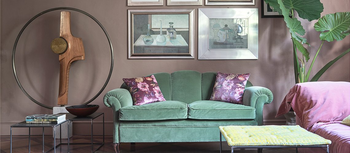 Pareti colorate e arredi vintage in una casa dal gusto eclettico