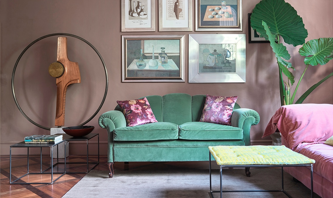 Pareti colorate e arredi vintage in una casa dal gusto ...