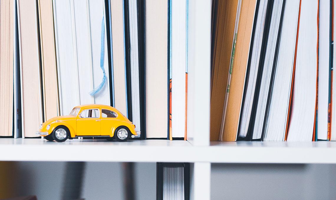 CasaFacile ACaputo giallo pantone-estate2018 macchinina libreria