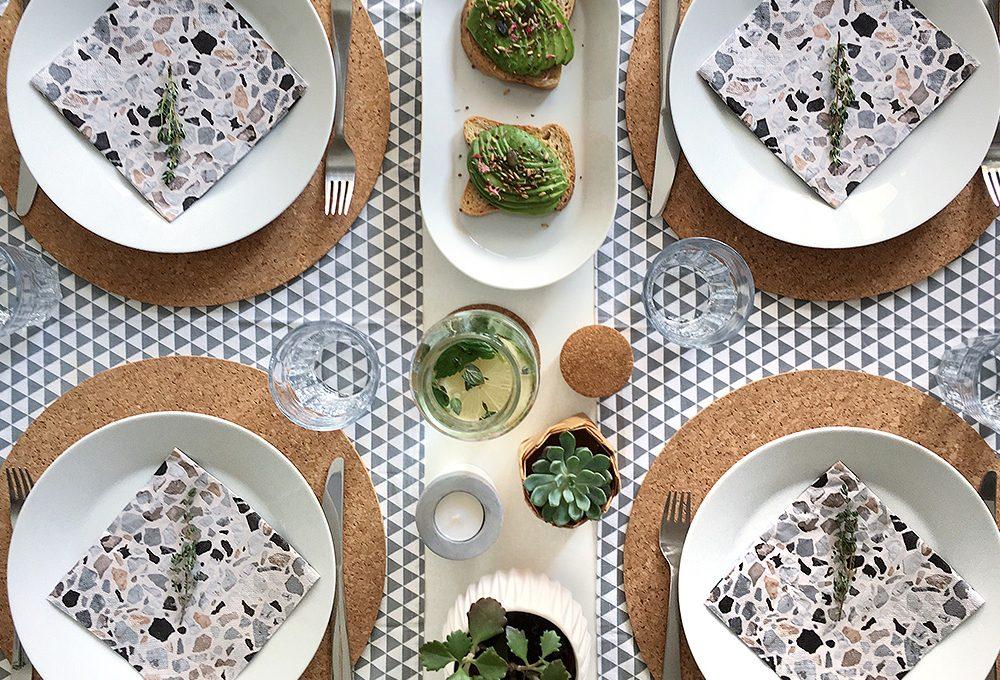 Arreda la tavola per un brunch estivo con complementi verdi