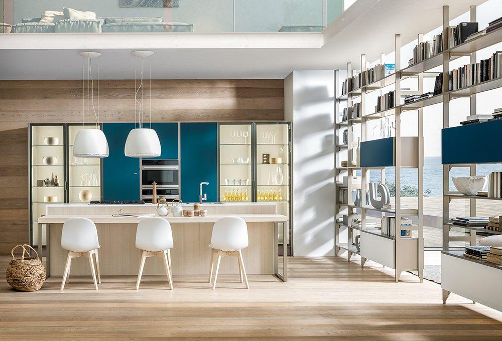 Cucina e living divisi dalla libreria a doppio affaccio