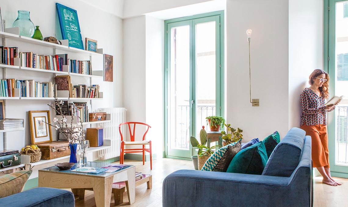 Colori del mare e pareti di legno in un appartamento siciliano