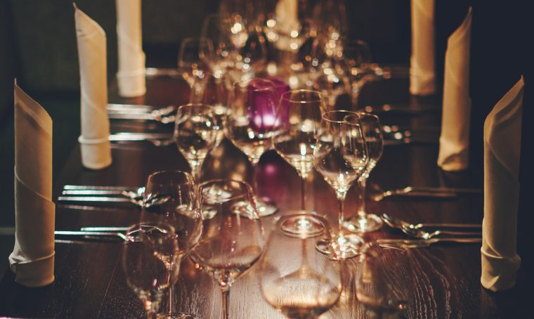 Cena all'aperto: 3 soluzioni per illuminare la tavola