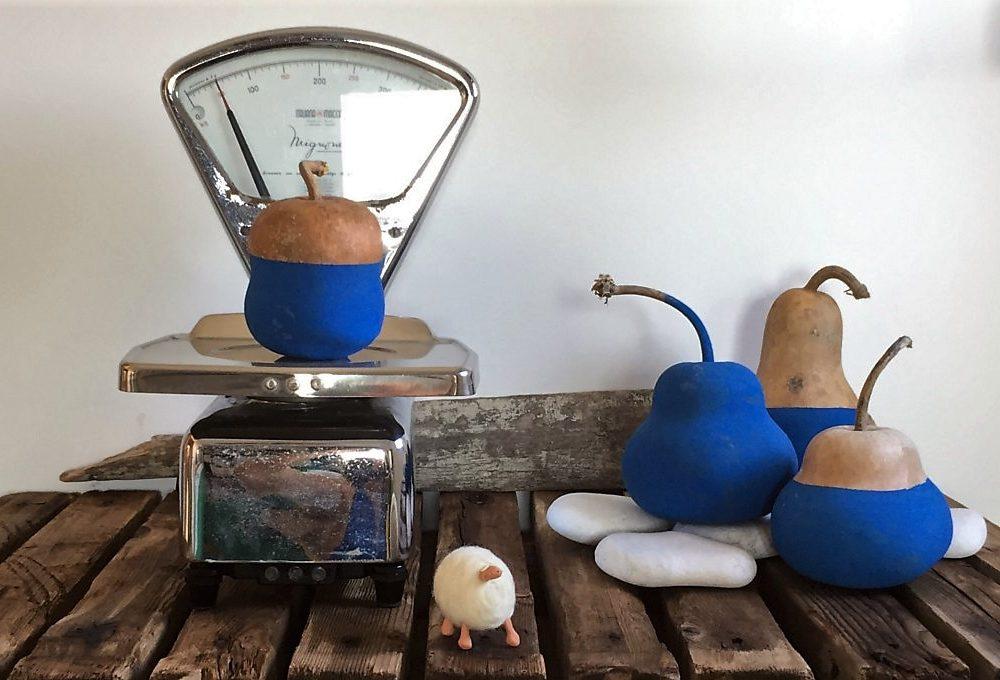Decorazioni ispirate al mare: zucche dipinte di blu