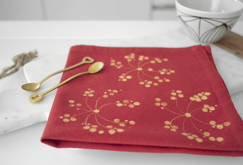 Dipingi i tessuti con la candeggina