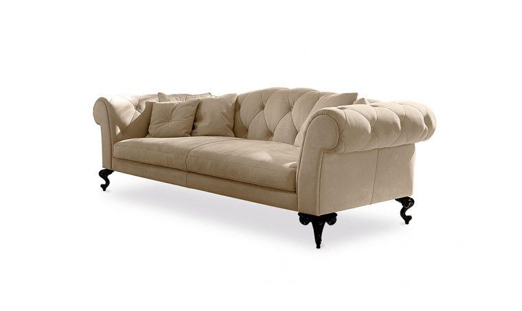 Atmosfere neoclassiche con i divani in stile inglese