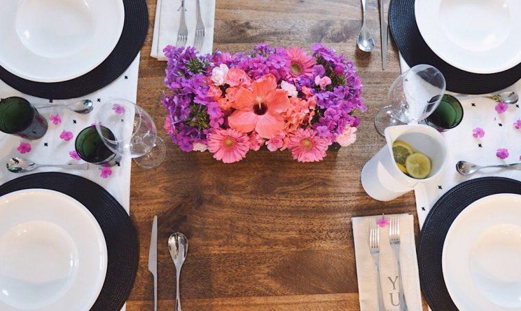 Il centro tavola fiorito per una tavola all'insegna del colore