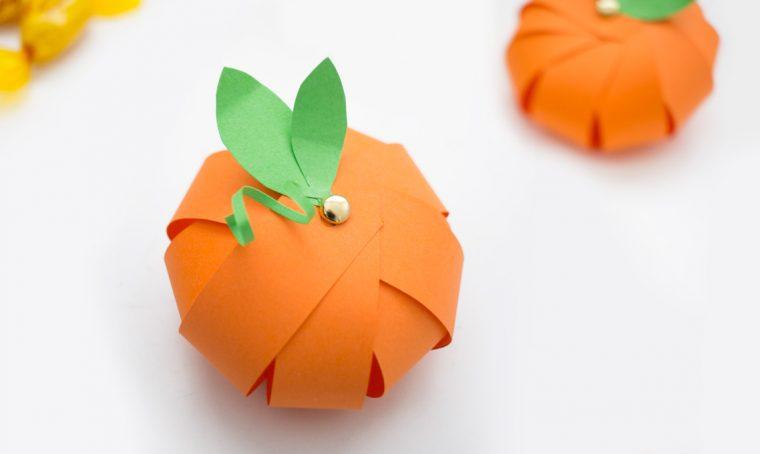 Realizza piccole zucche di carta per Halloween