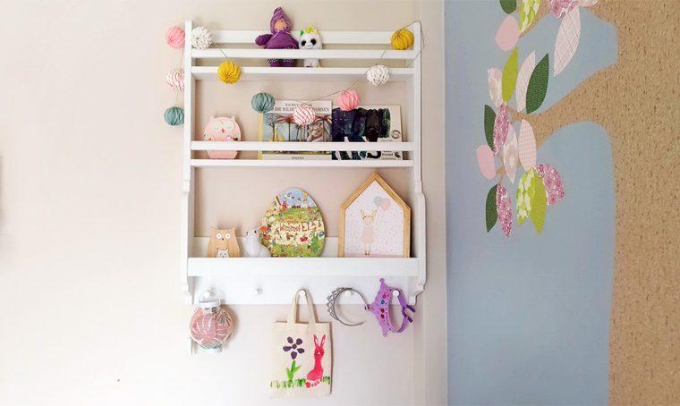 Trasforma una piattaia in uno scaffale per gli oggetti e i libri