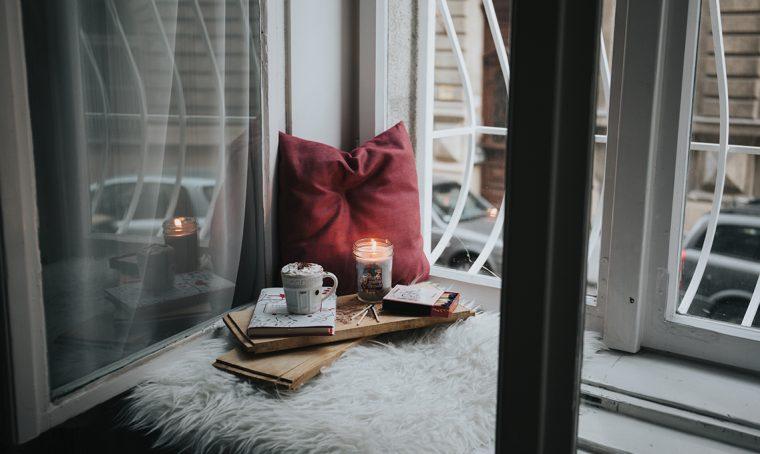 Arredare il salotto con colori e complementi invernali