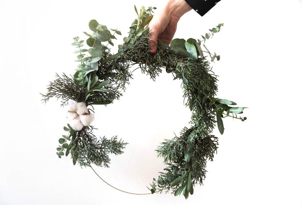 Natale: Ghirlanda  fai-da-te di eucalipto e pino