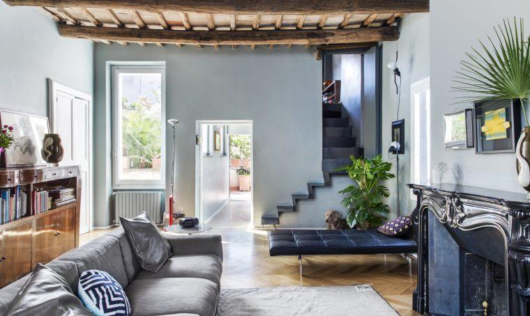 Travi a vista, mobili in radica e design contemporaneo in un appartamento sui tetti di Roma
