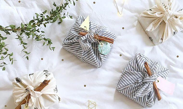 Furoshiki: crea un pacchetto di natale con un quadrato di stoffa