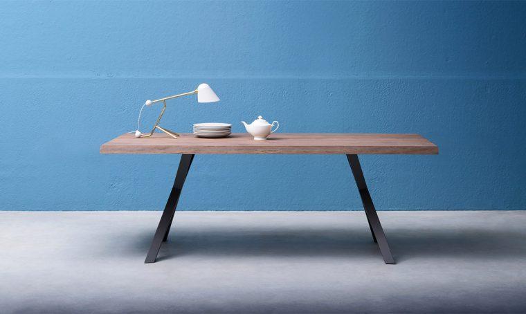 14 tavoli con il piano in legno naturale