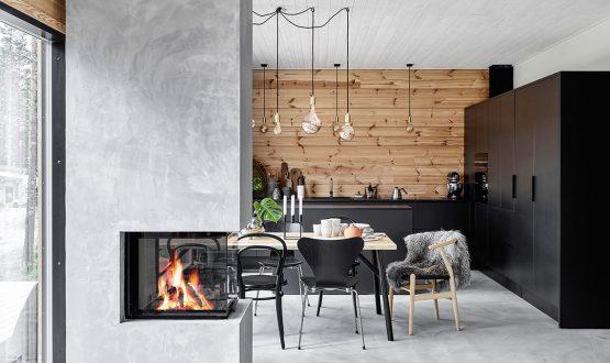 Pareti in legno e tocchi di nero per la casa in stile nordico