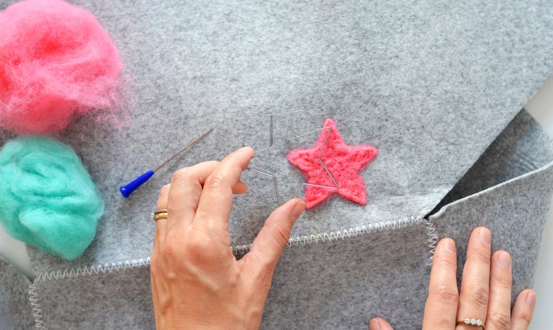 casafacile-Decorare una cesta porta giochi con la lana cardata