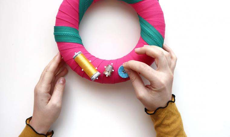 Realizza una ghirlanda natalizia con gli accessori da cucito