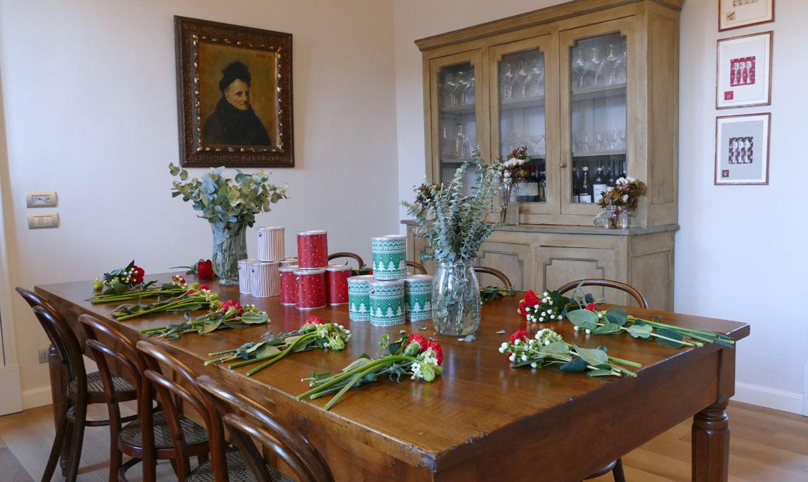 La quieta intorno al tavolo del workshop di Francesca, poco prima dell'inizio