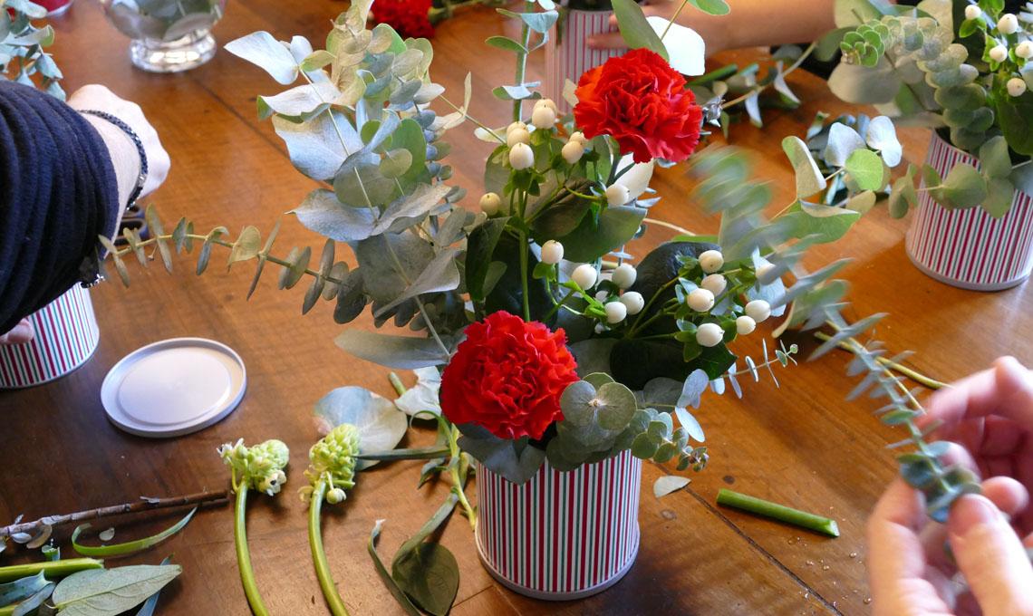 Un momento del workshop per imparare a realizzare un centrotavola con le lattine natalizie di Vergnano: uno dei bouquet realizzati