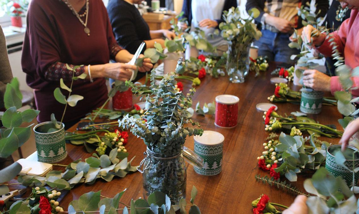 Un momento del workshop per imparare a realizzare un centrotavola con le lattine natalizie di Vergnano