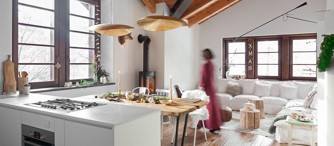 Arredare l'appartamento in baita con bianco, oro e legno naturale