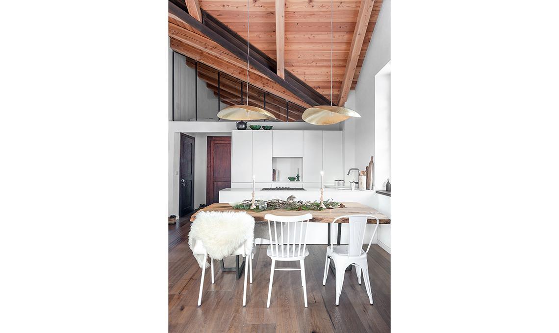 Legno Naturale Bianco : Arredare l appartamento in baita con bianco oro e legno naturale