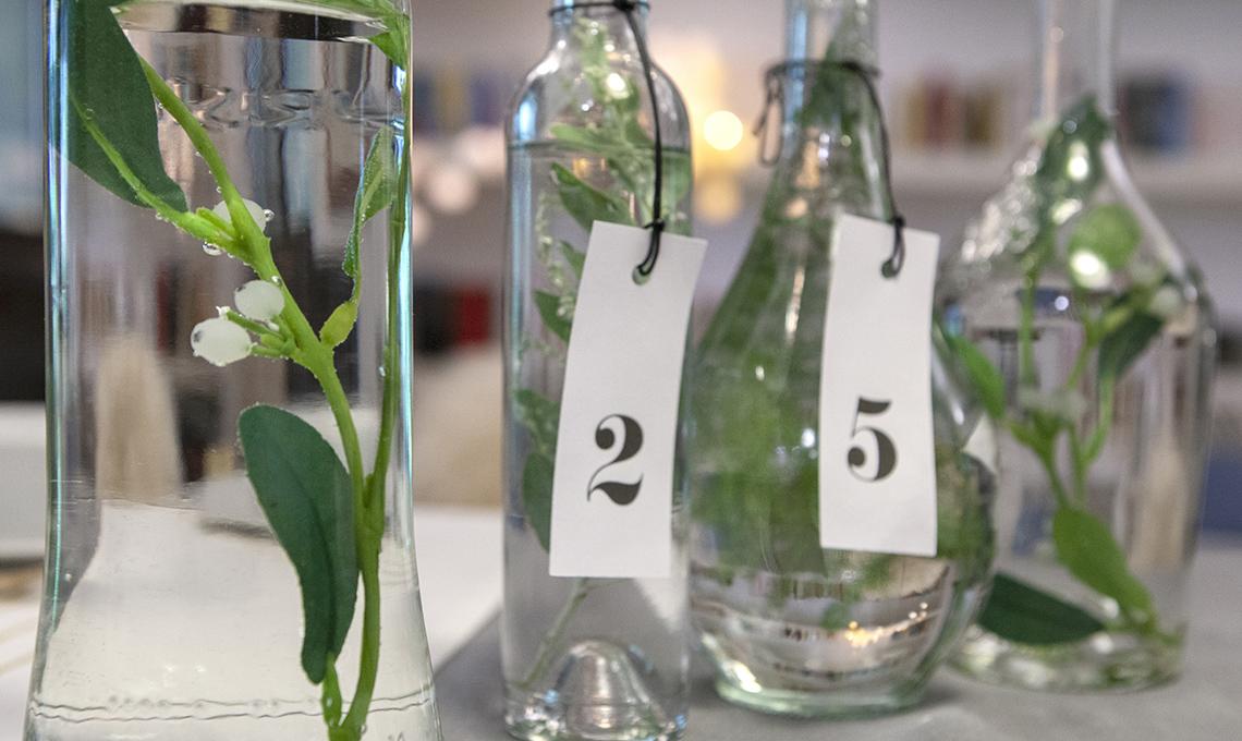 Pareti Con Bottiglie Di Vetro : Decorazioni natalizie con bottiglie di vetro rami e bacche