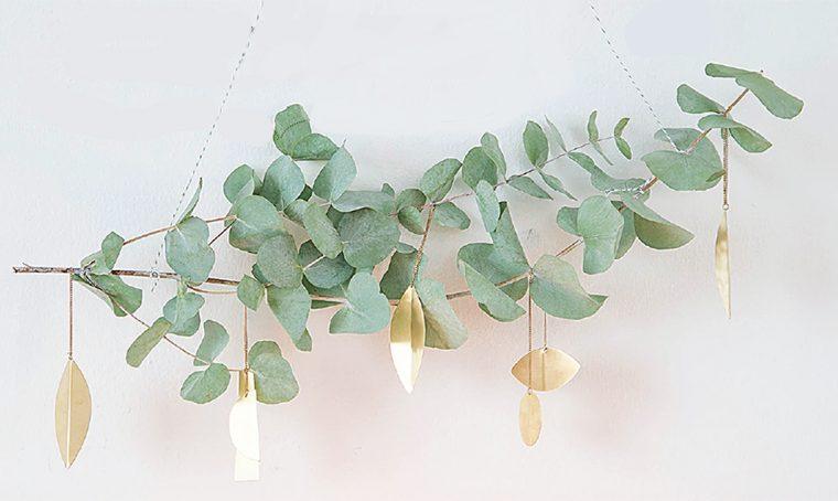 Realizzare addobbi con i rami di eucalipto e decorazioni in ottone