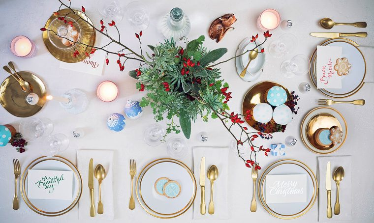Bianco, oro e tocchi di azzurro per la tavola natalizia in stile classico
