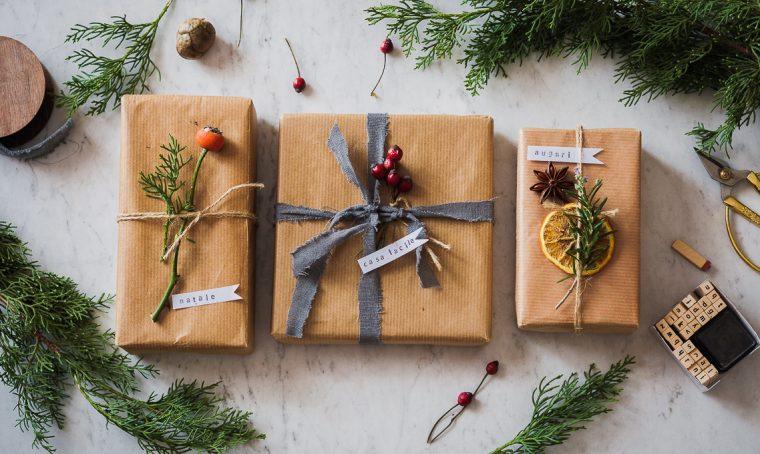 Pacchetti di Natale green con bacche, frutta e aromi