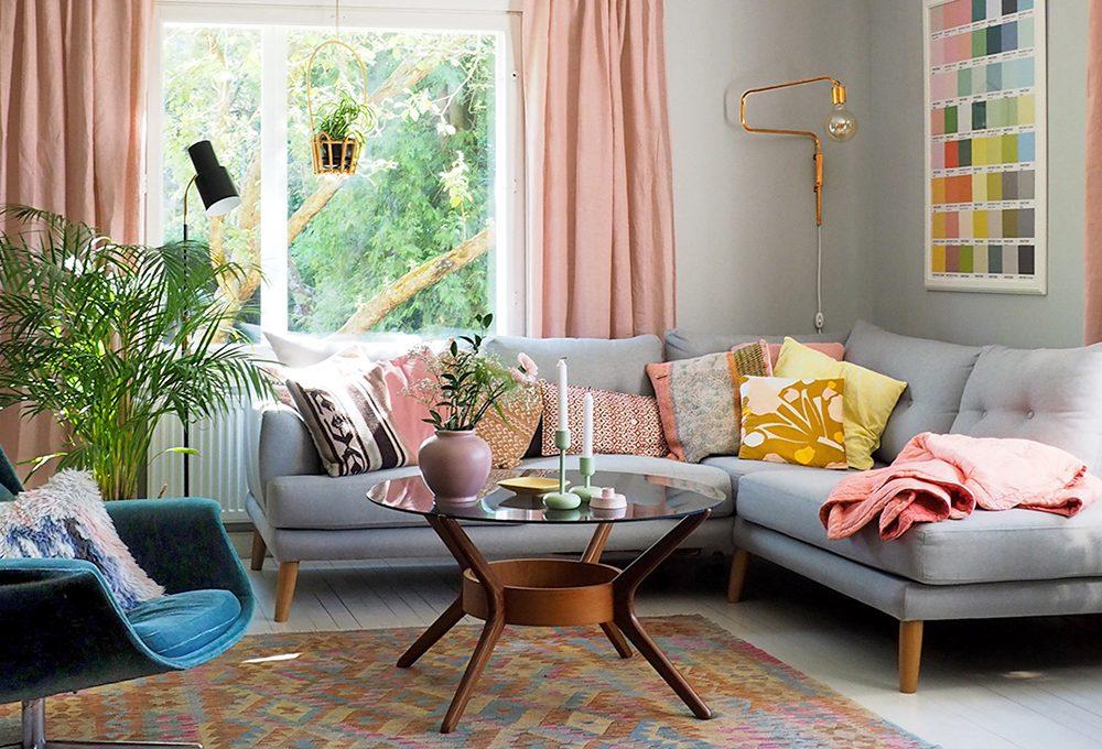 Rendere originali gli ambienti con carte da parati floreali e mobili anni '50