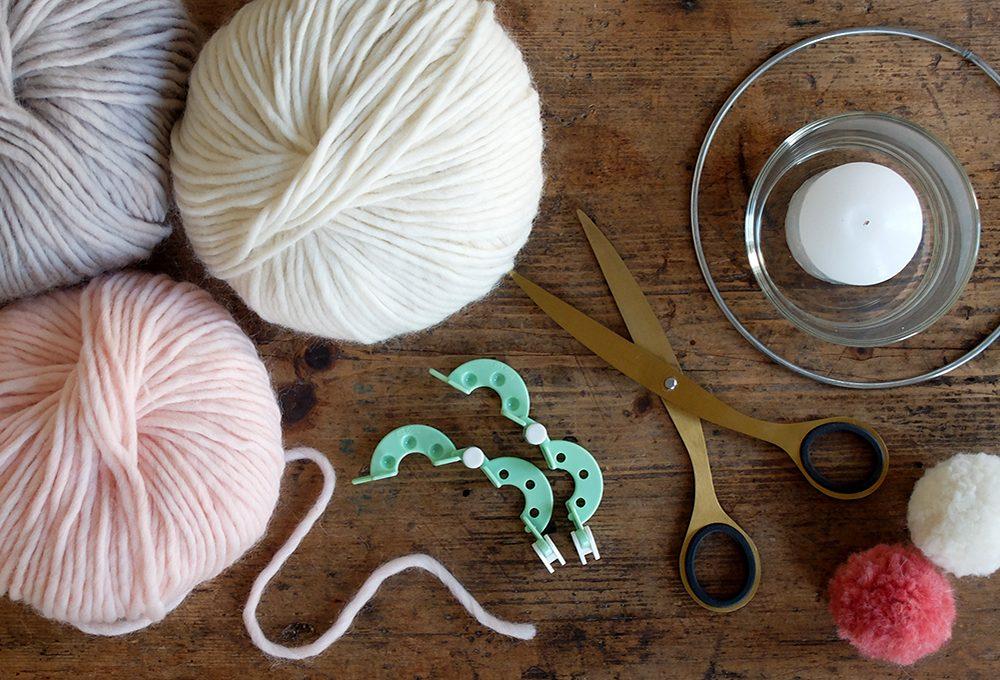 Realizzare un portacandele decorato con i pompon di lana