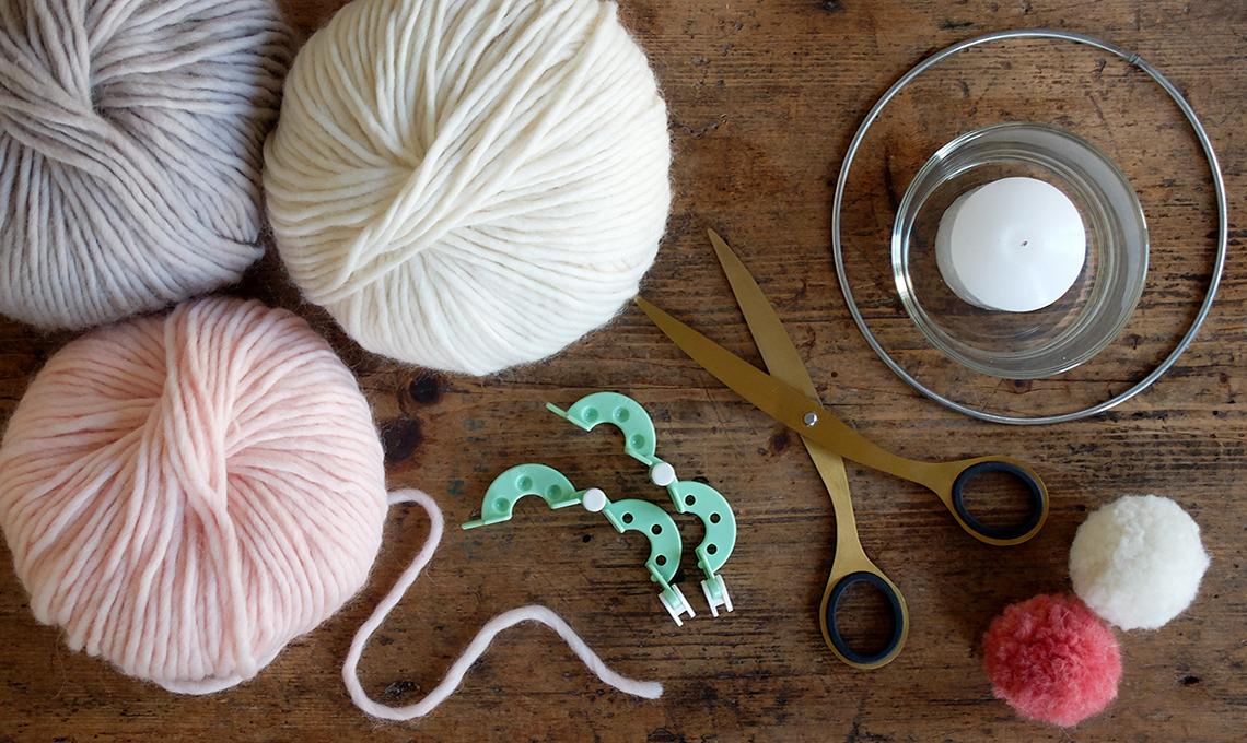 Realizzare un portacandele decorato con i pompon di lana - CASAfacile 23e4683c75f3