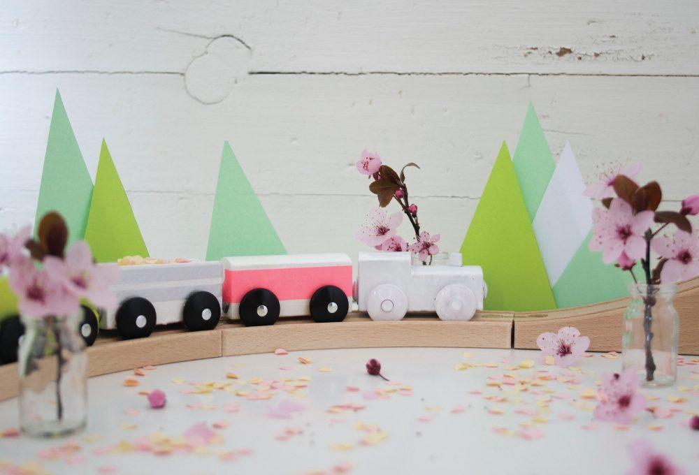 Decorare il trenino di legno con i washi tape