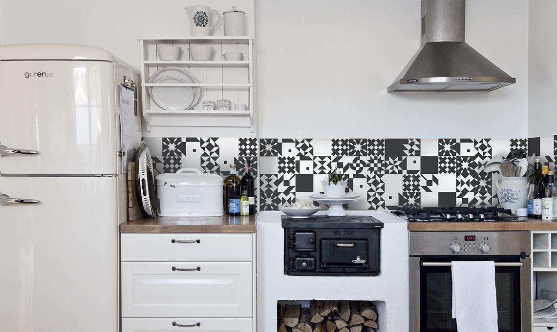 Rivesti e decora pareti e pavimenti con le piastrelle adesive