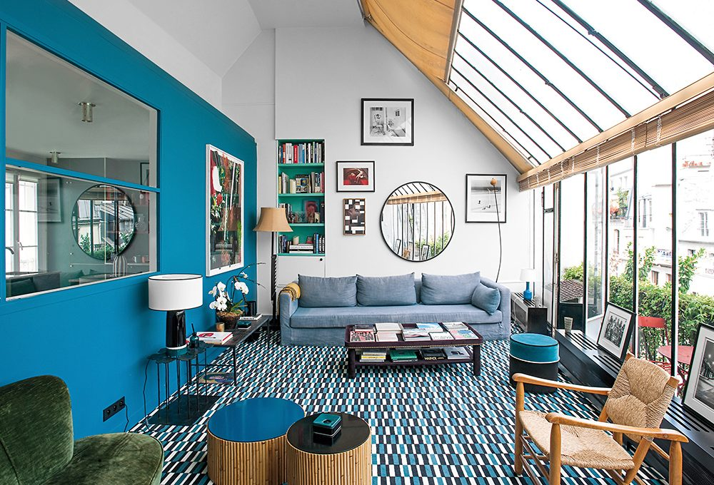 Lo studio si trasforma in casa con arredi vintage e un blu speciale