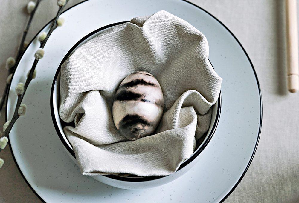 Uova pasquali segnaposto marmorizzate