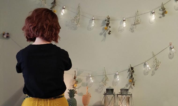 Decorare una parete con la ghirlanda di luci bistrot