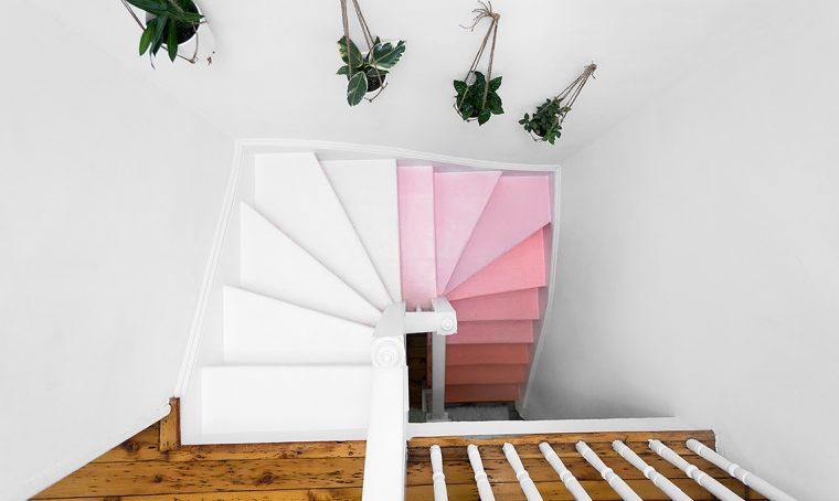 Dipingere una scala in legno nelle gradazioni del rosa