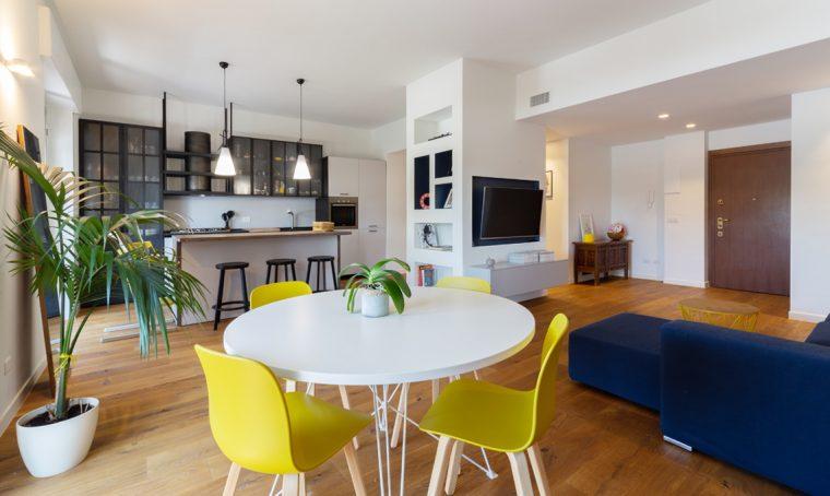 Una colonna multifunzione in cartongesso per dividere cucina e soggiorno
