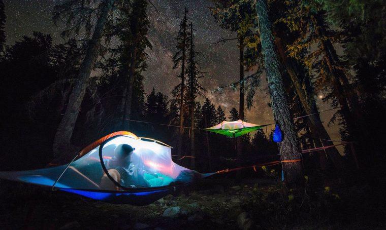 Dormire in una tenda sospesa nel bosco