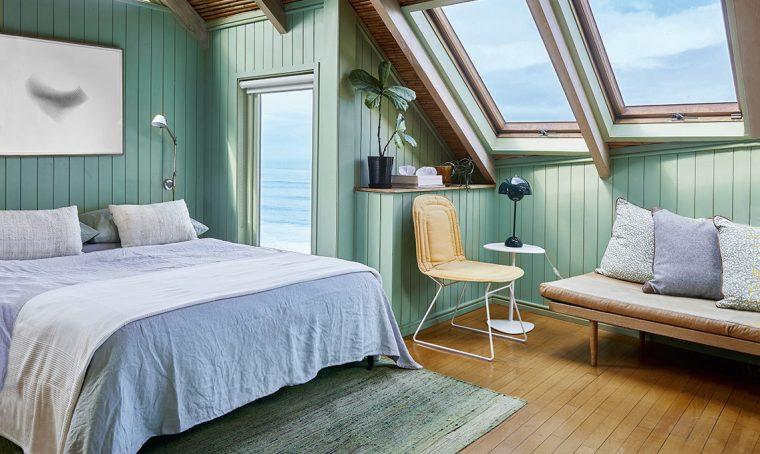 Toni dal verde all'azzurro e tanto legno per un effetto bungalow